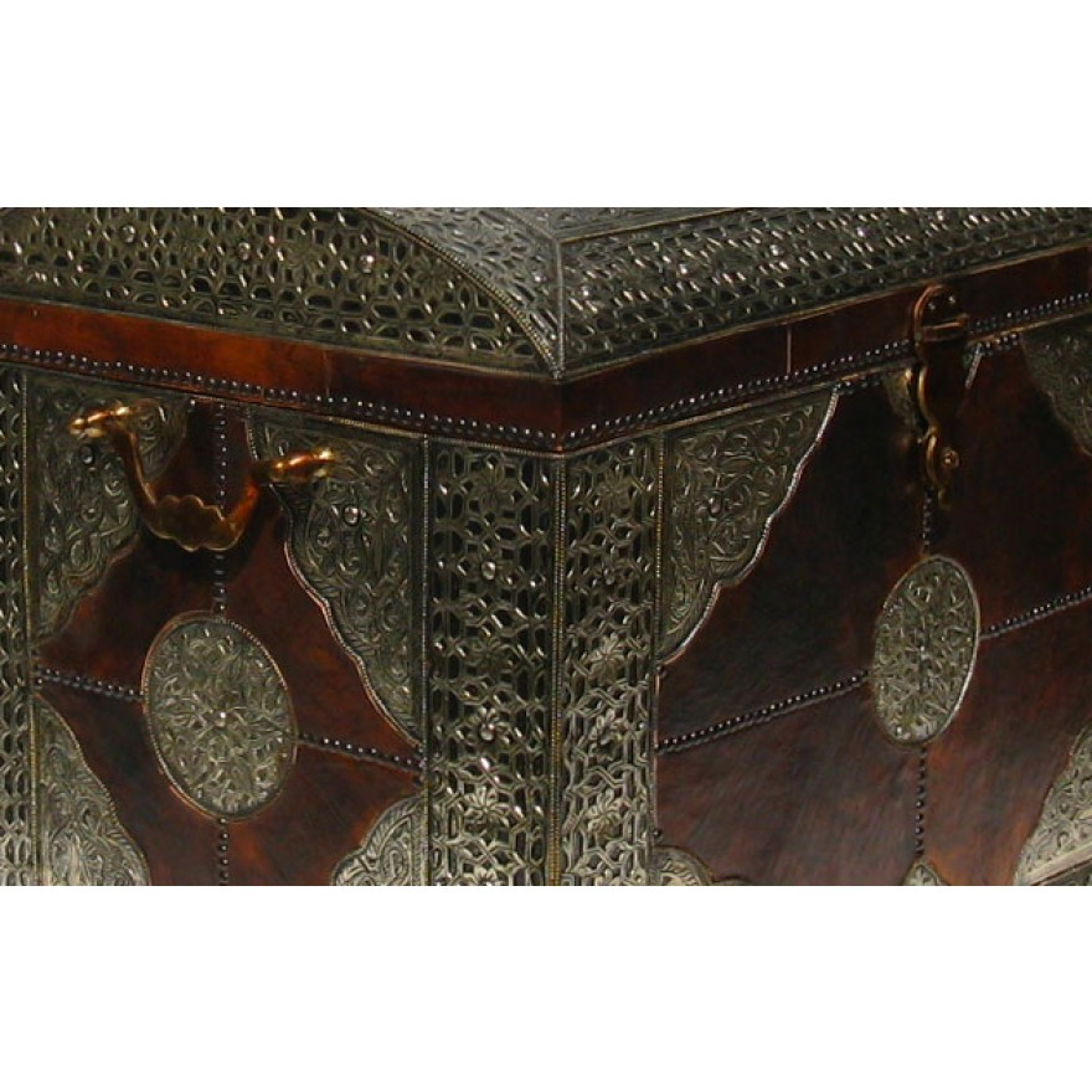 orientalische xl truhe mit leder und silber metall verkleidung. Black Bedroom Furniture Sets. Home Design Ideas