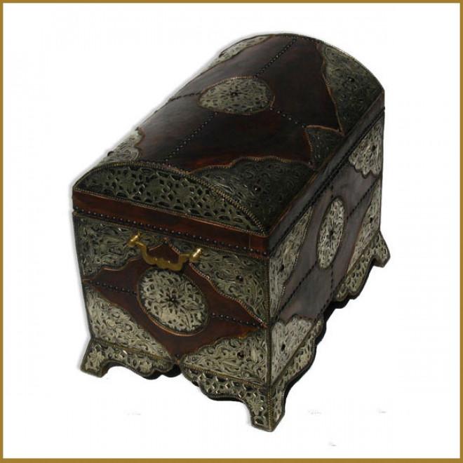 orientalische truhe mit leder und silber metall verkleidet. Black Bedroom Furniture Sets. Home Design Ideas